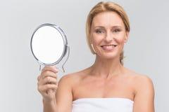 Retrato da mulher bonita que guarda o espelho Imagens de Stock