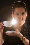 Retrato da mulher bonita que levanta no estúdio com o copo do coffe Imagem de Stock