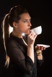 Retrato da mulher bonita que levanta no estúdio com o copo do coffe Foto de Stock Royalty Free