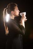 Retrato da mulher bonita que levanta no estúdio com o copo do coffe Imagens de Stock