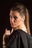 Retrato da mulher bonita que levanta no estúdio com revestimento Foto de Stock Royalty Free