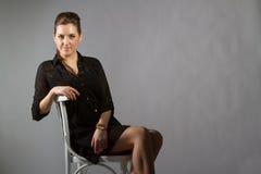 Retrato da mulher bonita que levanta no estúdio em chear Fotografia de Stock Royalty Free