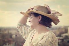 Retrato da mulher bonita que olha pensativamente em um distan Fotos de Stock