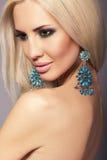 Retrato da mulher bonita 'sexy' com cabelo louro com joia Fotos de Stock Royalty Free