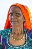 Retrato da mulher bonita superior asiática que veste o sari indiano alaranjado e azul tradicional do vestido imagem de stock
