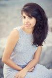 Retrato da mulher branca com olhos marrons, por muito tempo cabelo ondulado encaracolado escuro da menina do latino latino-americ Imagem de Stock Royalty Free