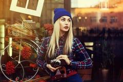 Retrato da mulher brincalhão nova bonita do moderno com a câmera retro velha Vista modelo de lado Estilo de vida da cidade toned foto de stock