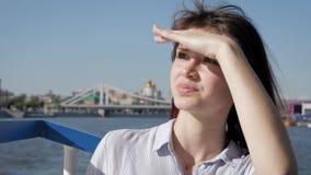 Retrato da mulher caucasiano da beleza com cabelo de ondulação no vento que aprecia o estilo de vida video estoque