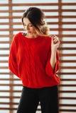 Retrato da mulher caucasiano bonita nova no t-shirt vermelho fotografia de stock