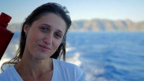Retrato da mulher caucasiano de sorriso dos jovens bonitos no barco filme