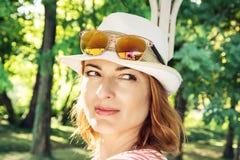 Retrato da mulher caucasiano positiva nova dentro fora Imagens de Stock