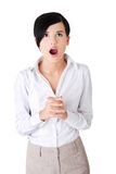 Retrato da mulher chocada que olha acima Fotos de Stock