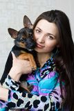 Retrato da mulher com cão pequeno Imagens de Stock Royalty Free