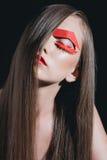 Retrato da mulher com cabelo longo e a composição de papel brilhante que levantam para o tiro da forma Fotografia de Stock