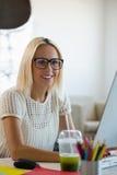 Retrato da mulher com cabelo louro no escritório imagens de stock