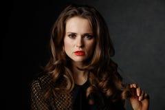 Retrato da mulher com cabelo marrom ondulado longo e os bordos vermelhos Fotos de Stock Royalty Free