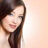 Retrato da mulher com cabelo reto longo Imagem de Stock