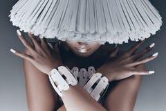 Retrato da mulher com a cara sob o chapéu branco Imagens de Stock Royalty Free