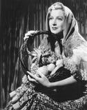 Retrato da mulher com a cesta do fruto (todas as pessoas descritas não são umas vivas mais longo e nenhuma propriedade existe Gar Fotos de Stock Royalty Free