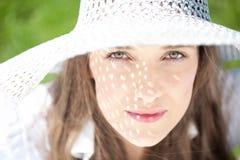 Retrato da mulher com chapéu branco Imagens de Stock