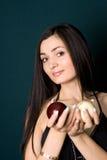 Retrato da mulher com esfera de bilhar Imagens de Stock Royalty Free