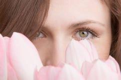 Retrato da mulher com o ramalhete dos tulips imagem de stock royalty free