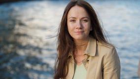 Retrato da mulher com o voo que bate o cabelo contra a água gasosa vídeos de arquivo