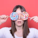 Retrato da mulher com os dois pirulitos coloridos grandes Fotografia de Stock