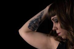 Retrato da mulher com tatuagem disponível Imagens de Stock