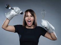 Retrato da mulher com utensílios da cozinha Foto de Stock Royalty Free