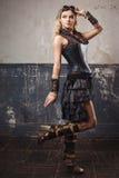 Retrato da mulher consideravelmente bonita do steampunk em vidros do aviador sobre o fundo do grunge fotografia de stock