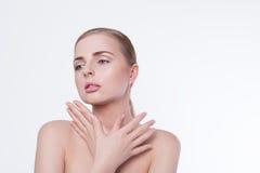 Retrato da mulher da beleza Menina bonita do modelo dos termas com pele limpa fresca perfeita e composição profissional natural L Fotos de Stock Royalty Free