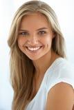 Retrato da mulher da beleza Menina com sorriso bonito da cara Imagens de Stock