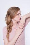 Retrato da mulher da beleza Menina modelo bonita com pele limpa fresca perfeita e composição profissional Exibição loura da fêmea Fotografia de Stock Royalty Free