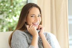 Retrato da mulher da beleza no inverno em casa imagens de stock royalty free