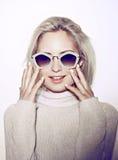 Retrato da mulher da forma Cabelo da hippie dos óculos de sol Imagens de Stock Royalty Free