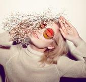 Retrato da mulher da forma Cabelo do HIPPI dos óculos de sol Imagens de Stock Royalty Free