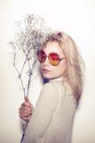 Retrato da mulher da forma Cabelo do HIPPI dos óculos de sol Imagens de Stock