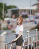 Retrato da mulher da forma do close-up da menina consideravelmente na moda dos jovens que levanta na ponte em Tailândia, no unifo fotos de stock royalty free