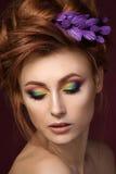 Retrato da mulher de cabelo vermelha bonita com m criativo colorido fotografia de stock royalty free