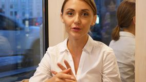 Retrato da mulher de fala, ascendente próximo da cara video estoque