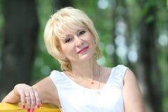 Retrato da mulher de meia idade atrativa foto de stock royalty free