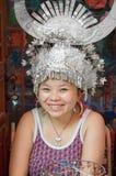 Retrato da mulher de Miao com o chapéu de prata do chifre O formulário um dos povos de Miao das minorias étnicas as maiores no su fotografia de stock royalty free