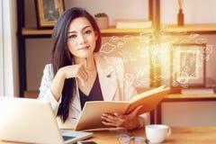 Retrato da mulher de negócio asiática bonita e segura no trabalho fotos de stock royalty free