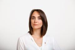 Retrato da mulher de negócio bem sucedida nova sobre o backgroun branco imagem de stock