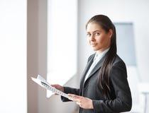 Retrato da mulher de negócio bonita nova com originais foto de stock royalty free