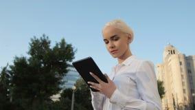 Retrato da mulher de negócio bonita nova que usa o PC da tabuleta fora Fotos de Stock