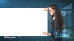 Retrato da mulher de negócio com placa branca vazia no fundo pintado do negócio e do investimento Modelo da beleza nos vidros imagem de stock royalty free