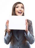 Retrato da mulher de negócio do sorriso com placa branca vazia Imagens de Stock Royalty Free