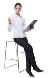 Retrato da mulher de negócio emocional na cadeira Fotos de Stock Royalty Free